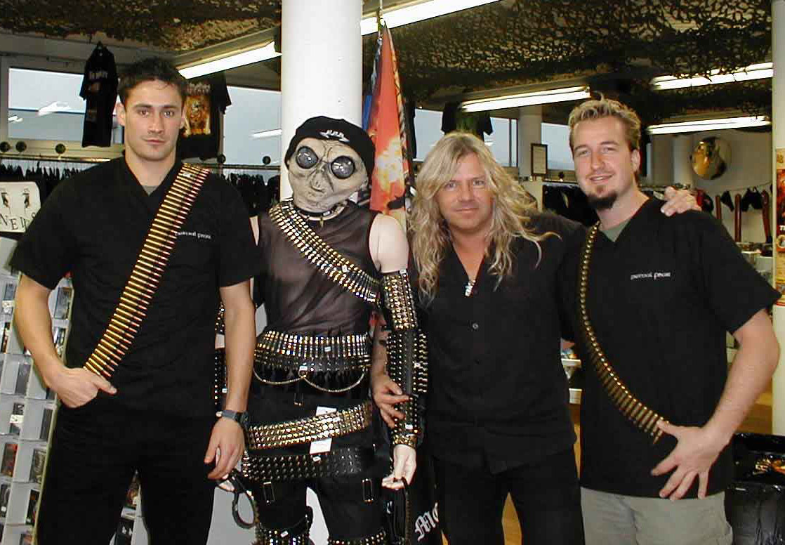 killer pic of Mat sinner with some unidentified aliens:)
